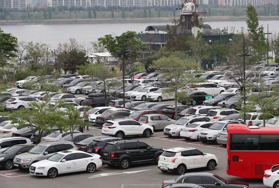 어린이날인 5일 오후 서울 영등포구 여의도 한강공원을 찾은 나들이객 차량들로 주차장이 가득차 있다. 뉴스1