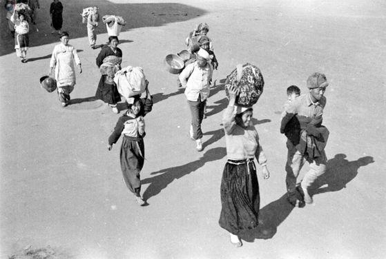 6.25 전쟁이 발발하자 고향을 떠나고 있는 피난민들 [사진 국가기록원]
