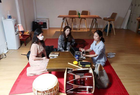 공연단 '로맨틱 용광로' 배우들이 서울 강서구 연습실에서 아이디어 회의 중이다. 김상선 기자
