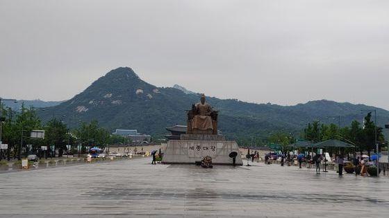 24일 오전 장맛비가 내리기 시작한 서울 광화문광장에서 시민들이 우산을 쓰고 지나가고 있다. 김정연 기자