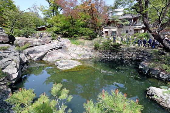 지난해 4월 서울 성북동 북한산 자락에 위치한 '성락원'의 공개 행사 당시 관계자들이 정원을 거닐고 있다. 변선구 기자