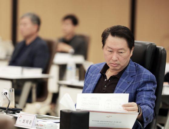 최태원 SK그룹 회장이 23일 열린 '2020 확대경영회의'에서 자료를 살펴보고 있다. [사진 SK]
