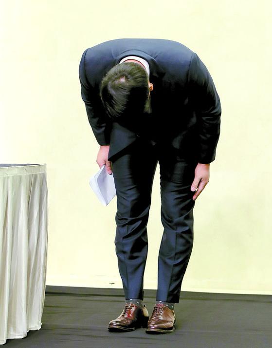 기자회견에서 90도로 고개 숙여 음주운전을 사과하는 강정호. 하지만 그의 간절한 호소에도 야구팬 반응은 여전히 싸늘하다. [뉴시스]