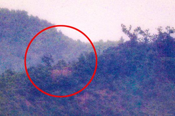 24일 오전 인천 강화군 평화전망대에서 바라본 북한 황해북도 개풍군 한 야산 중턱에 전날까지 설치한 대남 확성기가 철거됐다. 연합뉴스