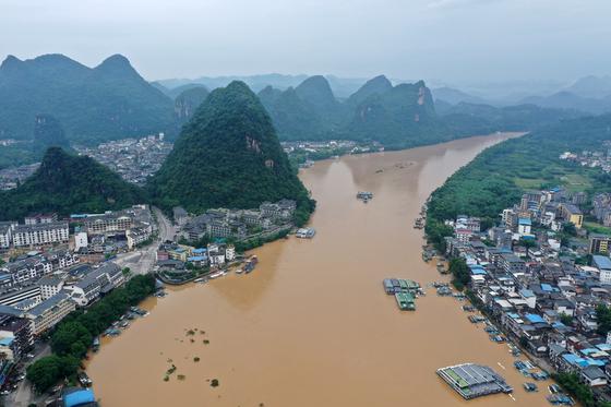지난 8일 중국 남부 광시좍종자치구의 강이 일주일째 이어진 폭우로 마을이 물에 잠긴 모습. [신화통신=연합뉴스]