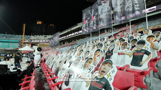 KT 응원단 관중석에 팬 사진 입간판이 자리를 차지하고있다. IS포토