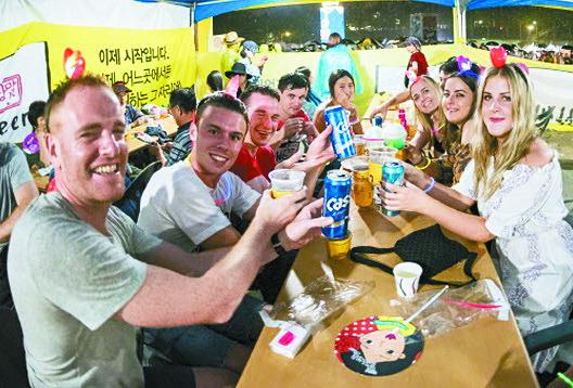 대구 두류공원에서 열린 대구치맥페스티벌에 참가한 외국인들. [사진 대구시]
