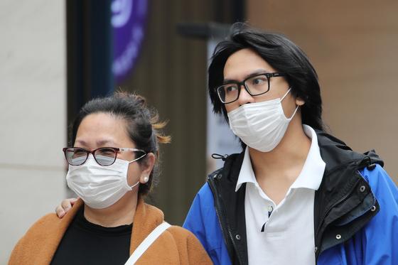 지난달 1일 서울 중구 명동거리에서 코로나19 감염 예방을 위해 마스크를 쓴 외국인이 발걸음을 옮기고 있다. 연합뉴스