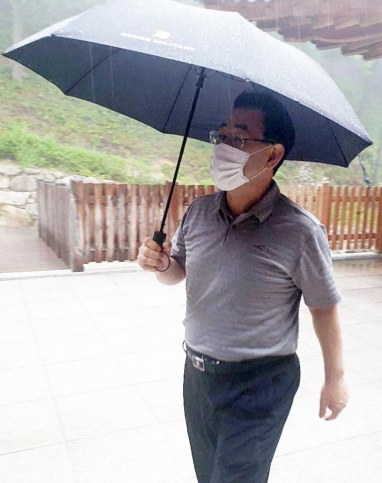 미래통합당 주호영 원내대표(오른쪽)가 24일 강원 고성 화암사에서 서울로 이동하기 위해 채비하고 있다. 뉴스1