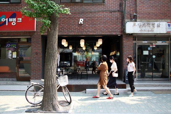 트렌디한 맛집 거리로 유명한 성수동 서울숲길에 약 2주간 팝업 점집 '성수당'이 문을 연다. 사진 필라멘트앤코