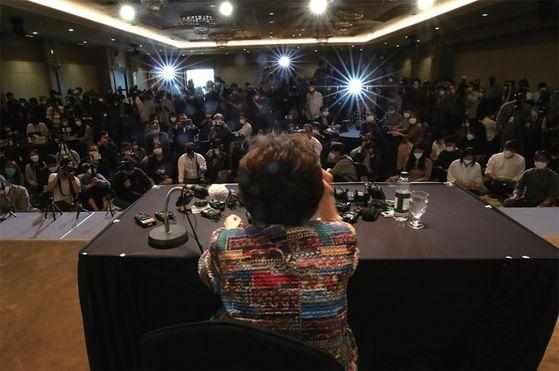 일본군 위안부 피해자 이용수(92) 할머니가 5월 25일 대구 수성구 만촌동 '호텔 인터불고'에서 기자회견을 하고 있다. / 사진:연합뉴스