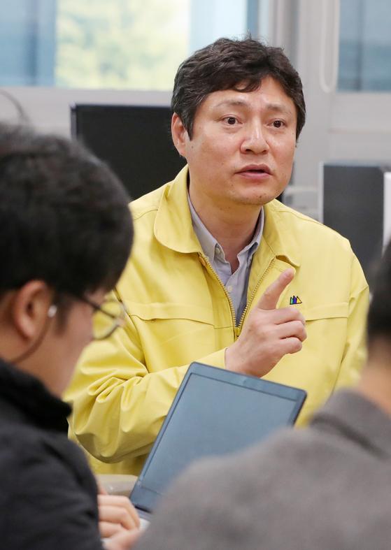 코로나19 환자 발생 관련 브리핑하는 강영석 전북도 보건의료과장. 뉴스1