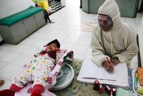 아기 건강 체크하는 인도네시아 의료진. (이 사진은 기사 내용과 무관합니다.) EPA=연합뉴스