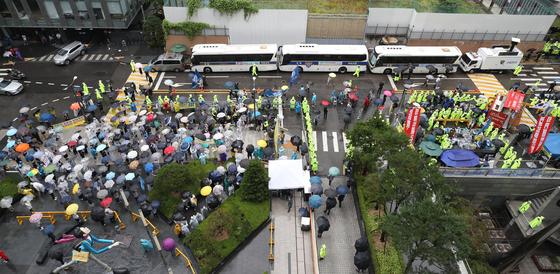 24일 서울 종로구 옛 일본대사관 앞에서 제1445차 정기 수요시위가 열린 가운데, 반아베반일청년학생공동행동 소속 학생들이 연좌시위를 하고 있다. 연합뉴스