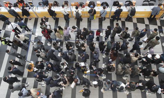 지난해 부산 잡페스티벌에 몰린 구직자들의 모습 [중앙포토]