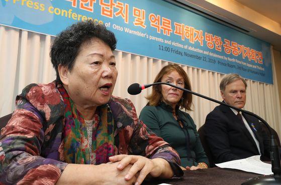 지난해 11월 22일 서울 중구 코리아나호텔에서 6.25 전쟁 납북인사가족협의회 주최로 열린 '납북·억류 피해자 공동 기자회견'에서 한국을 찾은 일본 북송사업 피해자 가와사키 에이코(왼쪽) 씨가 기자들의 질문에 답하고 있다. 그의 옆에는 북한에 억류됐다 사망한 미국인 대학생 오토 웜비어의 부모 신디 웜비어(가운데)와 프레드 웜비어(오른쪽) 부부가 나란히 앉아있다. [연합뉴스]