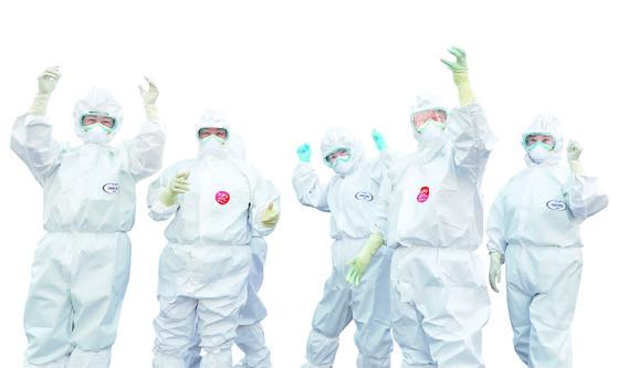 대구동산병원에서 격리병동 청소를 위해 보호복을 입은 병원 미화팀 관계자들이 파이팅을 외치고 있다. [뉴스1]