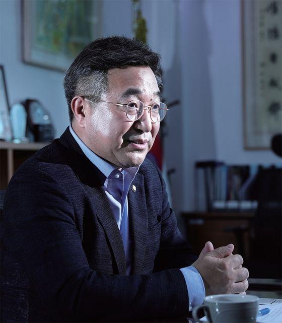 """윤호중 더불어민주당 사무총장은 '21대 전반기 국회에서는 위기 상황에 대한 대처 방안, 민생·사회개혁 과제가 우선으로 다뤄질 것""""이라고 힘줘 말했다."""