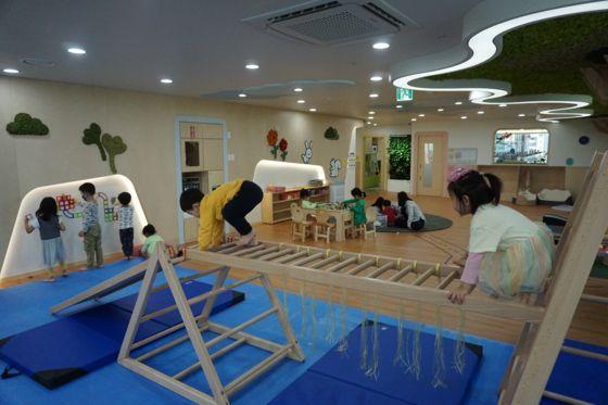 포스코가 저출산 문제 해결을 위해 다양한 복지제도를 도입하고 있다. 사진은 서울 대치동 포스코센터의 어린이집. [사진 포스코]