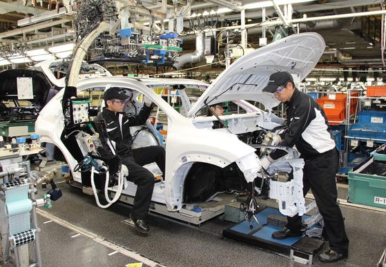개방형 조달 구조와 공급선 다양화로 일본 완성차 업체가 한국에 비해 코로나19 타격이 적었다는 연구 결과가 나왔다. 일본 기타큐슈의 렉서스 미야타 공장에서 완성차를 조립하는 모습. 사진 렉서스