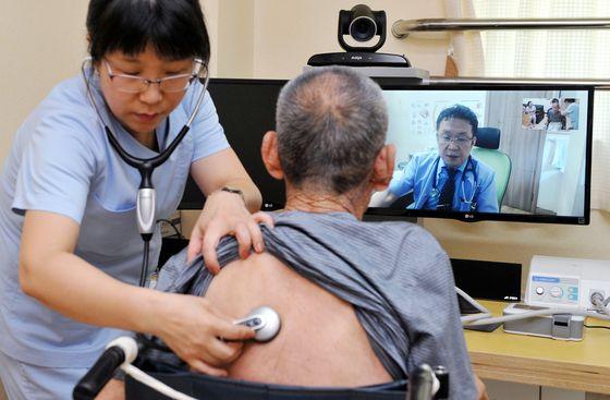 지난 2016년 충남 홍성군 결성면 홍성유일노인요양원에서 한 환자가 삼성연합의원의 원격의료 서비스를 받고 있다. 프리랜서 김성태.