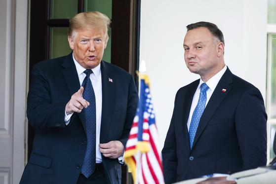 도널드 트럼프 미 대통령이 24일(현지시간) 정상회담을 하기 위해 백악관을 방문한 안제이 두다 폴란드 대통령을 맞이하고 있다. [EPA=연합뉴스]