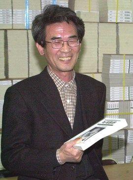 격월간지 '녹색평론' 발행인 고 김종철씨가 25일 별세했다. 향년 73세. 사진은 2001년 당시 대구광역시에 위치해있던 녹색평론사 사무실에서 녹색평론 한 권을 들고 있는 김 발행인. 중앙포토