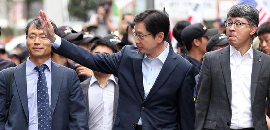 김경수 경남도지사가 2018년 8월 드루킹의 댓글조작 행위를 공모한 혐의로 서울 강남구 허익범 특검에 재소환 되고 있는 모습. [연합뉴스]