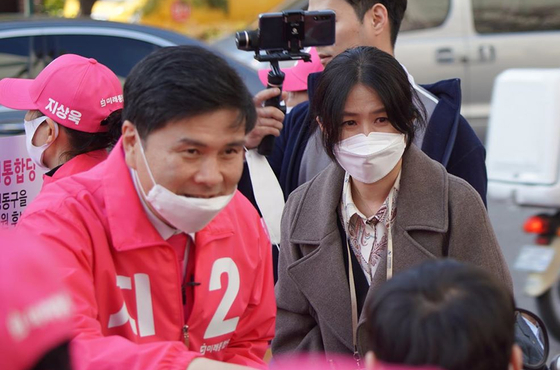 4월 5일 열린 서울 중구·성동을 미래통합당 지상욱 후보 집중유세에 부인 심은하 씨가 함께 하고 있다. [연합뉴스]