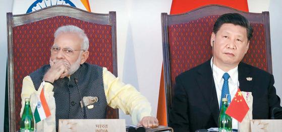 나렌드라 모디 인도 총리(왼쪽)와 시진핑 중국 국가주석이 2016년 10월 16일 인도 고아에서 열린 브릭스 정상회의에서 나란히 앉아 있다. 이 해에도 양국은 6월부터 시작된 히말라야 국경 대치로 불편한 관계였다. [AP=연합뉴스]