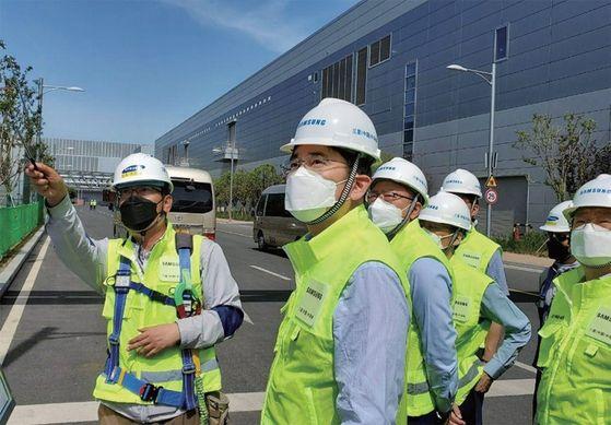 이재용 삼성전자 부회장(왼쪽 두 번째)이 5월 18일 중국 시안의 반도체 공장 현장을 점검했다. 코로나19 이후 중국을 방문한 주요 기업인은 이 부회장이 처음이었다. / 사진:삼성전자
