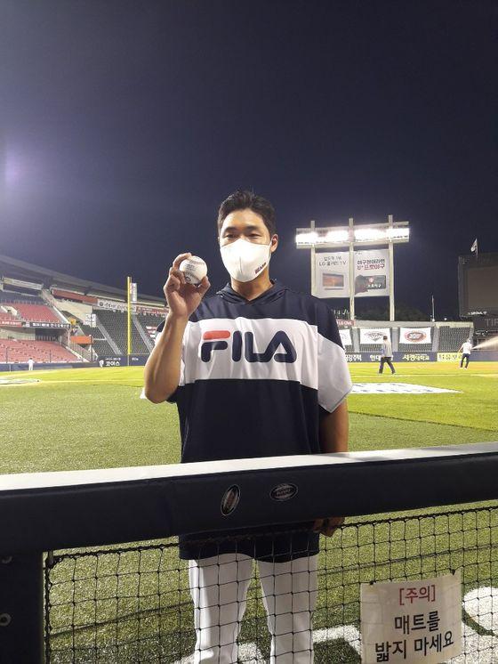 지난 20일 LG 트윈스전에서 프로 데뷔 첫 승을 거둔 뒤 승리 기념구를 내보인 두산 투수 박종기. 김효경 기자