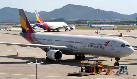 6월 15일 인천국제공항 계류장에 아시아나항공 여객기가 멈춰서 있다. 뉴스1
