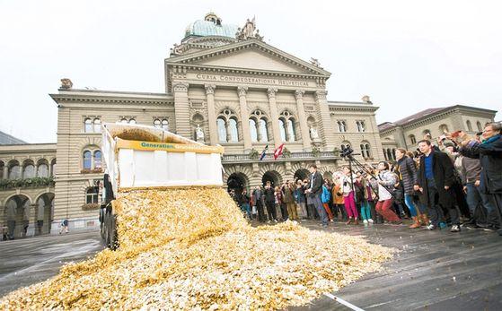 한국 사회가 기본소득 논쟁의 소용돌이로 빠져들고 있다. 사진은 2013년 10월, 스위스 국민들이 기본소득 도입을 위한 국민투표 실시를 기념해 동전 쏟기 퍼포먼스를 하는 모습. 2016년 국민투표에서 유권자들의 반대로 도입안은 부결됐다.