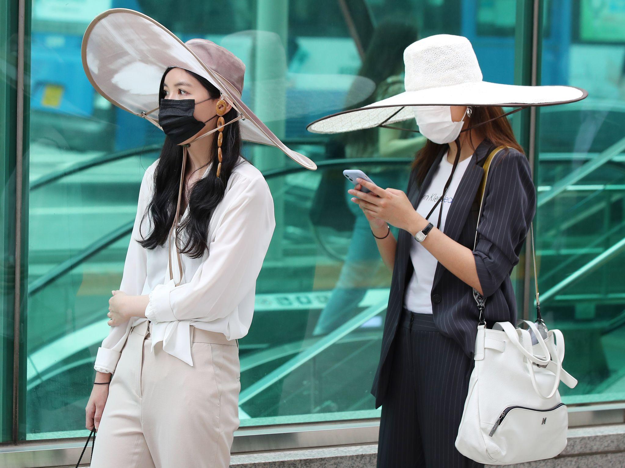 26일 오후 서울 강남역에서 열린 K거리두기운동본부 모델이 전통 선비갓에서 영감을 얻어 만든 거리두기 모자(K-god)를 착용하고 캠페인을 벌이고 있다.   [연합뉴스]