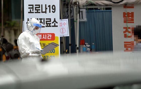 신종 코로나 바이러스 감염증(코로나19) 확진자가 대전과 충남에서 연일 집단으로 발생하고 있다. 지난 25일 오후 대전 서구보건소 코로나19 선별진료소에서 의료진들이 시민들을 상대로 검사를 실시하고 있다. 프리랜서 김성태 기자
