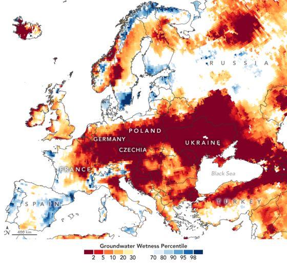 유럽 대륙의 지하수 용량을 평년과 대비해 색으로 지도에 표시한 사진. 붉은색이 진할수록 평년보다 지하수 양 감소폭이 크다. 나사(NASA)