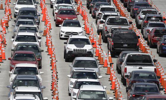26일 미국 플로리다 마이애미의 한 주차장에 코로나19 검사를 받기 위해 주민들이 몰고온 차량이 순서를 기다리고 있다.[AP=연합뉴스]