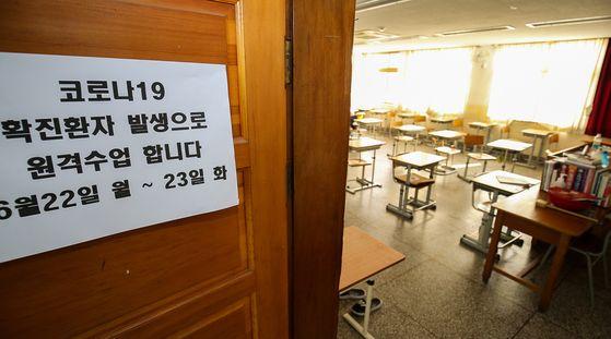 지난 22일 광주광역시 북구의 한 고등학교 교실에 코로나19 확진자 발생으로 인한 원격수업 전환을 알리는 안내문이 붙어 있다. 광주=프리랜서 장정필