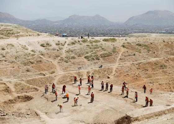 아프가니스탄에서 일하는 인부들. 로이터=연합뉴스
