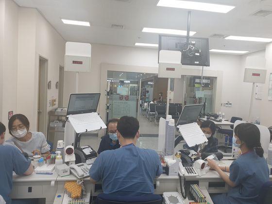 신종 코로나바이러스 감염증(코로나19)에 감염됐다 완치된 경기 성남 분당보건소 직원들이 혈장치료제 개발을 위한 혈장공여에 참여한다. 혈장 기증을 위해 검사를 받는 분당보건소 직원들의 모습. [사진 성남시]