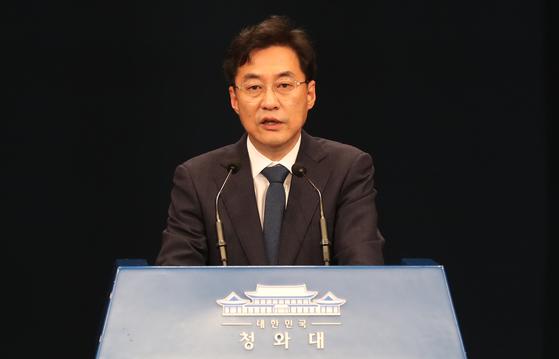 강민석 청와대 대변인이 26일 오후 춘추관에서 브리핑하고 있다. 청와대사진기자단