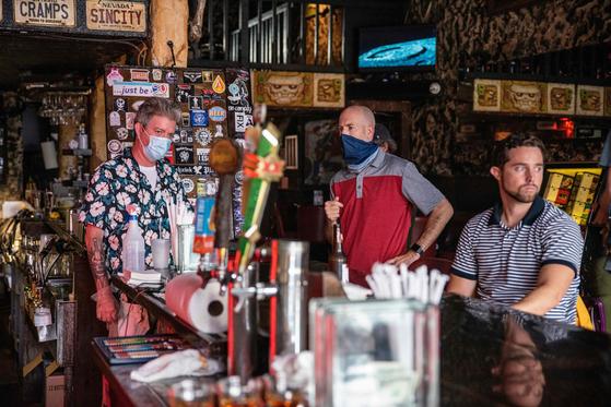 미국 텍사스 오스틴의 레스토랑 바에 손님들이 앉아 있다. 그렉 애버트 주지사는 26일 정오를 시작으로 술집(바)을 전면 폐쇄하고 식당도 수용인원의 50%만 손님을 받도록 명령했다. [AFP=연합뉴스]