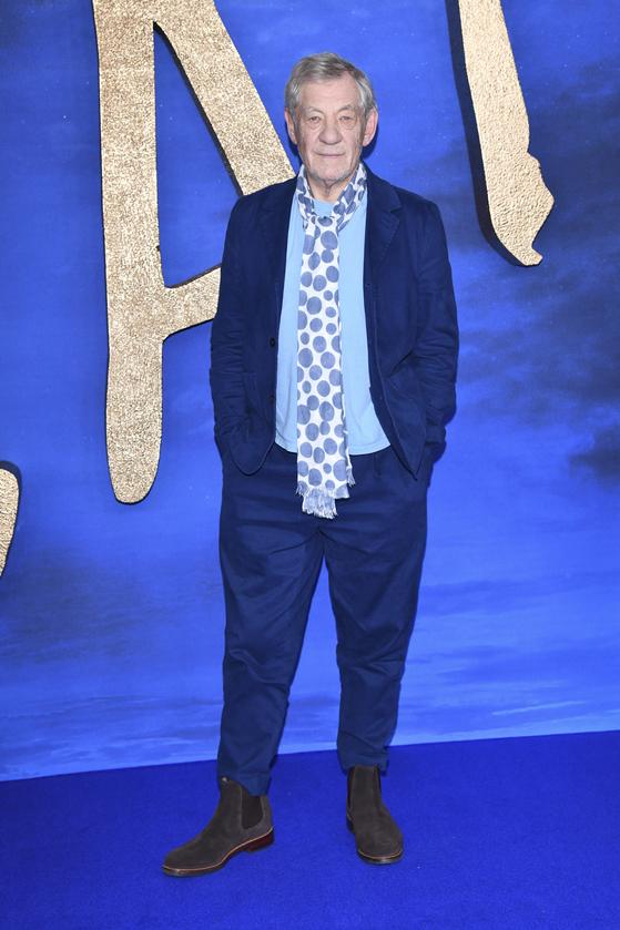 배우 이안 맥켈런이 2019년 12월 영국 런던에 있는 센트럴 런던 호텔에서 영화 '캣츠'를 홍보하며 사진촬영을 하고 있다. [AP=연합뉴스]