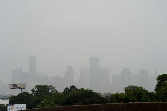 26일 미 텍사스 휴스턴 도심이 사하라 먼지구름의 영향으로 뿌옇게 보인다. AP=연합뉴스