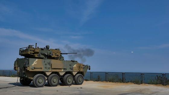 방위사업청 24일 한화디펜스(주)와 2,500억 원 규모의 30mm 차륜형대공포 최초양산 계약을 체결하고 본격적인 양산에 착수한다고 밝혔다. 방사청은 30mm 차륜형대공포는 노후화된 육군과 공군, 해병대에서 장기간 운용중인 구형 대공포 발칸을 대체하기 위해 개발되었다. 사진 방위사업청
