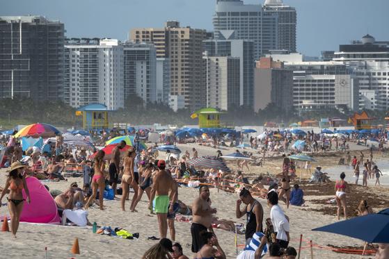 26일(현지시간) 미국 플로리다 마이애미 비치에 뜨거운 날씨를 즐기는 인파가 몰렸다. 플로리다는 27일 하루 코로나19 신규 확진자가 9585명이 발생해 최고치를 경신했다. [EPA=연합뉴스]