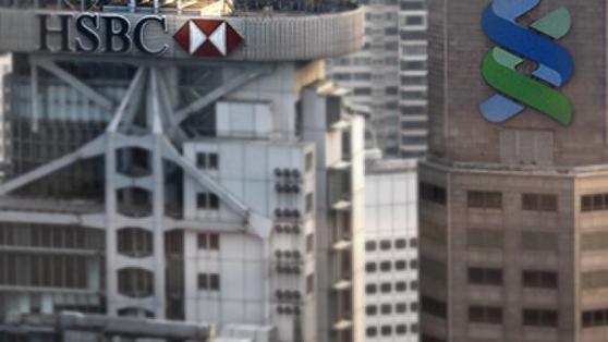 홍콩 중심지에 있는 HSBC와 스탠다드차타드(오른쪽) 아시아 본사 건물과 로고. 로이터=연합뉴스