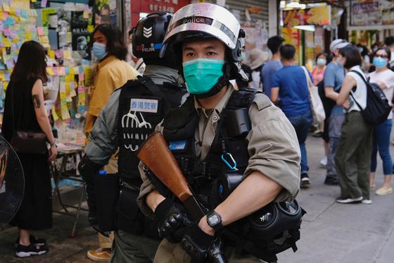 홍콩 경찰이 사람들이 모여 있는 곳을 돌아다니며 단속하고 있다. [로이터=연합뉴스]