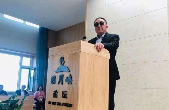 중국 헤이룽장성에 일월협대삼림관광그룹을 세우고 노인 건강관련 사업을 하는 류상린이 자신의 회사에서 주최한 포럼에 참석해 연설하고 있다. [중국 시대주보망 캡처]
